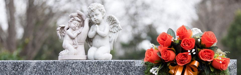 Bestattungshaus Engel aus Stein auf Grabstein Reinbach