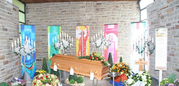 Bestattungshaus dekoriertes Grab Rheinbach 1