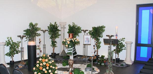 Bestattungshaus dekoriertes Grab Rheinback 16