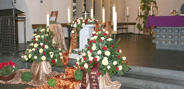 Bestattungshaus dekoriertes Grab Rheinback 17