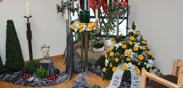 Bestattungshaus dekoriertes Grab Rheinback 19